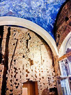 """Il muro della """"Torre Mozza"""" nella prima sala dell'ufficio IAT di Modena"""