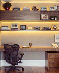 Home office | Iluminação indireta e madeira!! #decoração #design #designdeinteriores #ambientes #decor #detalhes #tendência #homeoffice #iluminação #instadecor #interiores #interiordesign #iluminaçãoindireta #escritório