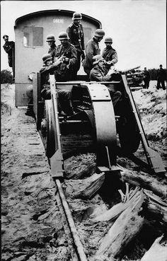 Schienenwolf Russie, destruction de voies de chemin de fer lors du retrait des troupes allemandes. Ce crochet avance de 7 à 10 kms/h
