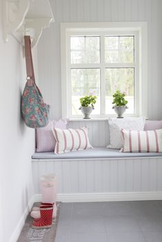 living room chairs room wall decals room lighting ideas decor ideas for living room living room sets room layout ideas room layouts apartments living room ideas Living Room Sets, Rugs In Living Room, Living Room Decor, Modern Cottage, Cottage Style, Decoration Hall, Window Benches, Window Seats, Cozy Corner