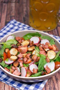 Rezept für einen Salat zum Oktoberfest mit Brezeln, Fleischkäse und einem süßem Senf-Honig-Dressing. Dazu kommt noch Spinat, Radieschen und Tomaten.