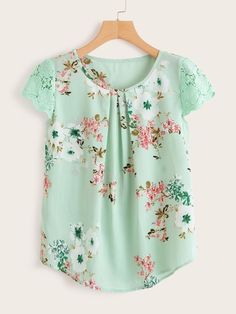 Product name: Contrast Lace Cuff Floral Print Blouse at SHEIN, Category: Blouses Summer Blouses, Summer Shirts, Vintage Outfits, Mode Crochet, Pleated Fabric, Floral Fabric, Ditsy Floral, Lace Cuffs, Printed Blouse