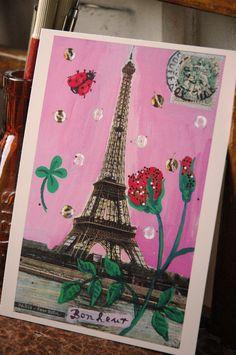 パリのシンボル、エッフェル塔のアンティークポストカード&切手とナタリーのイラストをコラージュ。 パリを愛するナタリーならではの色遣いと独創的なモチーフのセレクトが彼女のイラストの魅力。ナタリーワールドを手軽に楽しめるポストカードです。 printed in France size: about 15 x 10.5 cm BRANDS Nathalie Lete パリ郊外の工場跡地をロフトに改造した個性的なスペースにアトリエと住まいを構えるナタリー。 イラストレーターとしてだけでなく、テキスタイル、セラミッ ク、ジュエリーなど各分野に渡って活躍。カラフルでポエティックな彼女の作品は、旅の思い出やヴィンテージ・トイなどの古い物からインスピレーションを得ているとのこと。 最近ではパリの案内本を出版したり、アスティエ・ド・ヴィラットとコラボで限定プレートを作るなど、より一層注目を集めています。 Nathalie lete...