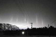 光の柱が天に向かって伸び、不思議な光景を作り出していた=13日午後7時12分、青森県三沢市砂森付近、鵜沼照都撮影