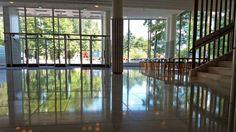 Jyväskylä university by architect Alvar Aalto. - Jyväskylän yliopiston päärakennuksen aula, näkymä pääsisäänkäynnille. Photo Isto Juntunen Yle