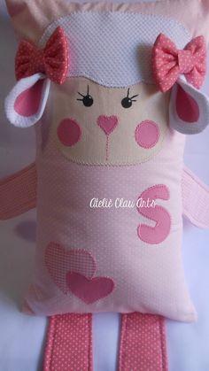 Naninha confeccionado em tecidos 100% algodão Enchimento com fibra extra virgem antialérgica Com abertura tipo fronha para facilitar na hora de tirar para lavar. Informar a inicial da criança quando fechar o pedido Medidas aproximadas: 32X20 Antes de confirmar o pedido, confirme as cores s... Baby Pillows, Kids Pillows, Animal Pillows, Doll Sewing Patterns, Doll Clothes Patterns, Easy Sewing Projects, Sewing Crafts, Yarn Dolls, Sock Toys