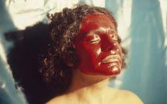 O poeta Waly Salomão com parangolé de rosto idealizado por Helio Oiticica (1979) (Foto: Eduardo Viveiros de Castro)