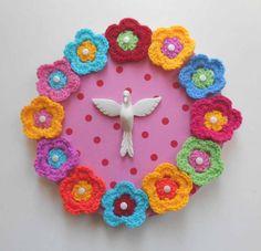 Placa em MDF forrada em tecido, com aplicação do Divino em resina e flores de crochet. R$ 45,00