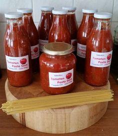 <p>De lekkerste tomatensaus die ik tot nu toe gemaakt heb. Het recept wat hieronder staat heb ik in meervoud gemaakt, dus op de foto staat meer dan wat het recept aangeeft. Heb zelf b.v 7 kilo tomaten gebruikt. Absoluut een favoriet van mijzelf en mijn vriend! Wat heb je …</p> Pasta Recipes, Dinner Recipes, Cooking Recipes, Dutch Recipes, Italian Recipes, Vegetarian Recipes, Healthy Recipes, Pesto, Creative Food