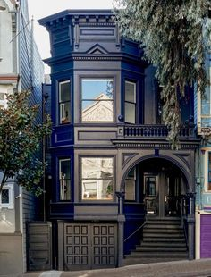 Before & After: Moody Blues for an Elegant Victorian in San Francisco - Gardenista - A dark blue facade, accented by glossy black trim, lends the house an elegant air. Benjamin Moore P - Exterior Paint, Exterior Design, Interior And Exterior, Exterior Colors, Style At Home, Keitel Haus, Black House Exterior, Gothic House, Victorian Homes