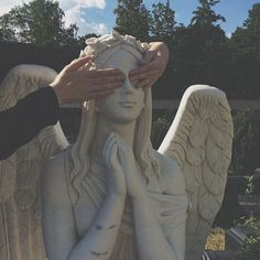 grunge aesthetic I love you and I will shield your eyes from everything ugly and everything sad Labo Photo, Arte Grunge, Grunge Goth, Nu Goth, Grunge Style, Angel Aesthetic, Music Aesthetic, Aesthetic Grunge Tumblr, Aesthetic Statue