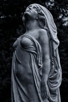 Ancient Greek Sculpture, Greek Statues, Human Sculpture, Sculpture Art, Medusa Art, Cemetery Angels, Dark Art Drawings, Stone Statues, Surrealism Photography