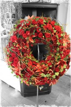 The funeral wreath as a worthy gift that sinbolizes eternity - Blumen Flora-Line Tobias Kopp. Your partner for everything related to flowers You are in the right place about funeral anime Here we offe Red Flower Arrangements, Funeral Arrangements, Flower Garland Wedding, Flower Garlands, Flowers Wallpaper, Funeral Sprays, Funeral Tributes, Forever Flowers, Sympathy Flowers
