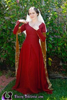 Daisy, Red Linen Medieval Dress with White Linen Veil 15th Century Fashion, 14th Century Clothing, Renaissance Costume, Medieval Costume, Medieval Fashion, Medieval Clothing, Historical Costume, Historical Clothing, Fairytale Gown