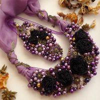 Purple Diva - Set format din colier si bratara statement, realizat din trandafiri din mătase mov închis, cuarț roz, ametist, perle de sticlă asortate, mărgele și accesorii metalice aurii și bronz antichizat, eșarfă de mătase. Comenzi pe www.boemo.ro