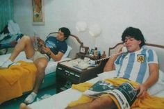 An assorted collection of 100 rare and vintage photographs of Diego Maradona, any football romantic will cherish forever - a visual Maradona Biography. Neymar, Messi, Retro Football, Football Soccer, Vintage Photographs, Vintage Photos, Diego Armando, Soccer Stars, My Hero