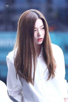 K-Pop Idol With Fabulous Airport Fashion: Red Velvet SeulGi Kpop Girl Groups, Kpop Girls, Red Valvet, Red Velvet Seulgi, Velvet Fashion, Airport Style, Airport Fashion, Pop Fashion, Hair Goals