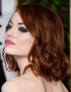 Emma Stone com o corte, cor e textura perfeitos no Golden Globes! O make azul marinho contrasta muito bem com o tom avermelhado dos cabelos! Linda!