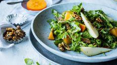 Salat med pære, persimon, ruccula og søte nøtter