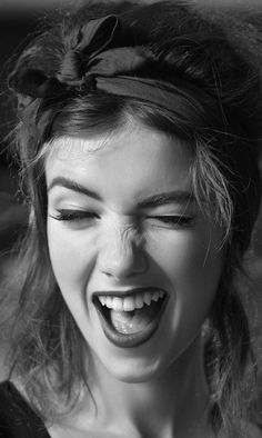 There is anything more seductive that being in good mood and a beautiful smile . Face Reference, Photo Reference, Expressions Photography, Portrait Photography, Black And White Portraits, Black And White Photography, Girl Face, Woman Face, Shotting Photo