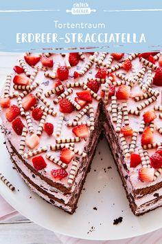 Diese Erdbeer-Stracciatella-Torte mit leckeren Schokoröllchen ist ganz einfach … This strawberry stracciatella cake with delicious chocolate rolls is very easy to bake and is guaranteed to be good. Baking Recipes, Cake Recipes, Dessert Recipes, Chocolate Roll, Chocolate Chip Cookies, Cake Chocolate, Delicious Chocolate, Savoury Cake, Food Cakes
