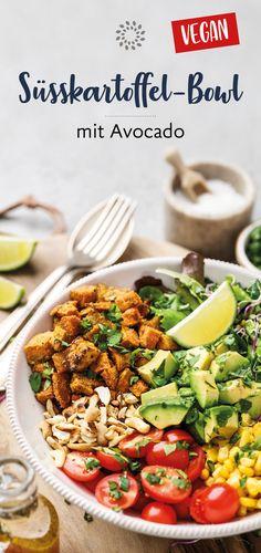 Die Süsskartoffeln haben wir im Ofen gebacken und mit Gemüse, Salat und Frucht kombiniert und so zu einer gesunden Delikatesse gemacht. #süsskartoffel #bowl