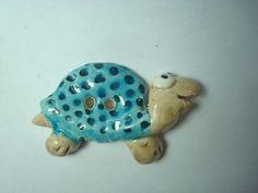 Bouton de créateur modelé en argile de type faïence. Pièce unique.  Tortues kawaii vue de profil, émaillés en beige, bleu et noir.   Petit bouton à grands yeux,  tout mi - 7652084