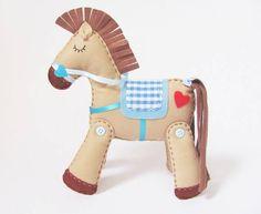 Este cavalinho é muito fofo.... Fica em pé sem precisar de apoios e enfeita muito bem um quartinho! Pode ser feito nas cores que quiser! R$ 58,00