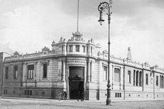 Aquí aparece una imagen de 1908 del que originalmente fue Instituto Médico Nacional, construido en la época porfiriana. Después de la Revolución se utilizó para alojar las dependencias oficiales de la Comisión Nacional de Irrigación.