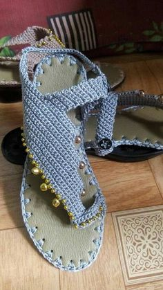Looking for some cool crafts for teens to make and sell? These cheap, creative and cool DIY projects are some of the best ways for Crochet Sandals, Crochet Boots, Crochet Slippers, Love Crochet, Diy Crochet, Crochet Clothes, Knit Shoes, Sock Shoes, Crochet Flip Flops