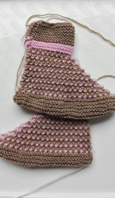 Lumioosi: Vanhanaikaiset tossut Crochet Top, Villas, Crocheting, Accessories, Fashion, Crochet, Moda, Fashion Styles, Villa