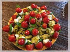 This great – Italian-themed – finger food with tortellini, tomatoes and mozzarella is quickly made and ideal for grilling or picnicking. You can find a recipe and instructions for the tortellini skewers here: www. Vegan Appetizers, Finger Food Appetizers, Finger Foods, Appetizer Recipes, Tortellini Skewers, Pesto Tortellini, Snacks Sains, Tomato Mozzarella, French Food