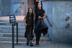 One of the highlights of the Paris Fashion Week schedule, Rick Owens' shows at Palais de Tokyo always draws a crowd of like-minded fashion goth overlords. Dark Fashion, High Fashion, Mens Fashion, Fashion Fashion, Fashion Week Schedule, Rick Owens Men, Normcore, Street Style, Style Inspiration
