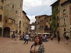 Na praça da cidade medieval de San Gimignano - Itália
