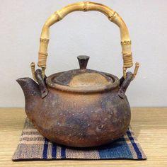 ジェイムス・イラズムス 土瓶/急須/ポット。イラズムス千尋さん丹波布しきもの。 #ジェイムス・イラズムス #イラズムス・千尋 #織部下北沢店 #備前 #陶器 #器 #ceramics #pottery #clay #craft #handmade #oribe #JamesErasums #ChihiroErasums