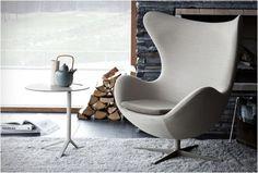 Arne Jacobsen fue un diseñador danés nacido en 1902, que se integró al mundo del diseño empezando por la arquitectura, cuando a los 22 años entra a la Academia de Artes de Copenhagen y tomando muchas de las ideas de la Bauhaus, movimiento vanguardista en aquella época.