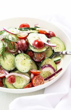 Creamy Cucumber Salad - Cucumbers, tomatoes and red onions in a dill and sour cream dressing. Best Chicken Salad Recipe, Yogurt Chicken Salad, Chicken Curry Salad, Chicken Salads, Salad Recipes Healthy Lunch, Salad Recipes For Dinner, Vegan Recipes, Corn Salads, Easy Salads