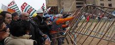 #Sulcis: scontri tra operai e polizia alla miniera di #Serbariu. #Passera e #Barca lasciano #Carbonia in elicottero