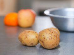 Comparées à la plupart des autres légumes, les pommes de terre se conservent extrêmement bien. Si vous utilisez les bonnes techniques, de bonnes pommes de terre peuvent tenir plusieurs mois. Connaitre les tenants et les aboutissants de leu...