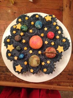 Solar system cupcake cake - planets and stars are made of gum paste. Perfect for little boy's out of space birthday party! Pull Apart Cupcake Cake, Pull Apart Cake, Cupcake Party, Birthday Cupcakes, Cupcake Cakes, Space Cupcakes, Cute Cupcakes, Planet Cake, Astronaut Party