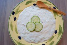Tzatziki. En nem opskrift på hjemmelavet græsk tzatziki med blandt andet hvidløg og citron. Find opskriften på lækre fladbrød og tzatziki her.