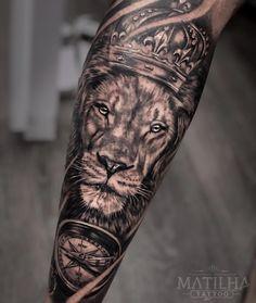 48 tatuagens masculinas em preto e cinza - Blog Tattoo2me Lion Arm Tattoo, Tiger Tattoo Sleeve, Lion Forearm Tattoos, Lion Tattoo Sleeves, Lion Head Tattoos, Mens Lion Tattoo, Arm Tattoos For Guys, Forearm Tattoo Men, Leg Tattoos