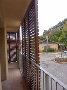 Puertas correderas listonadas en madera de iroco.