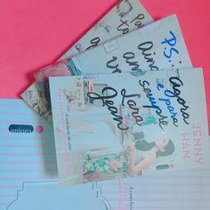 Quando primeiros amores são as coisas mais fofas do mundo! #book #books #bookish #bookblog #bookgramz #booknerd #bookporn #bookshelf #bibliophile #bookaholic #bookstagram #booknerdigans #ilovebooks #bookphotography #blogeuinsisto #livro #bookworm #vscobooks #igreads #bibliophile #reading #totalbooknerd #bookstagramfeature #amoler #amoresliterarios #libro #libros #inxtalove