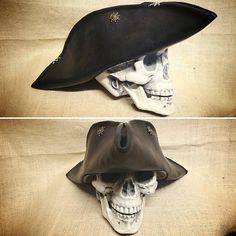 """#larp #larping #leatherarmor #lerune #leather #leatherhat #hat #conquest #battleforvilegis #laboracuoio #gdragon #gdr #gdrlive #tricorn #tricorno #pirates…"""