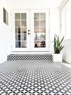 carreaux de ciment, joli revêtement de l'extérieur en noir et blanc