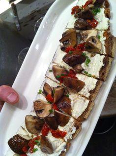 Sur un matelas douillet de Frecious Frost – courgette, noix de cajou, citron, sel marin et c'est tout – , des champignons de Paris frais poêlés, des larmichettes de tomates confites, des brins de ciboulette.