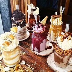 ^^^ These are freak shakes! totally have ones that are named after each one of us :P Cute Desserts, Delicious Desserts, Dessert Recipes, Yummy Food, Think Food, Love Food, Comida Disney, Milk Shakes, Milkshake Recipes