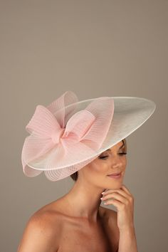 The La Croix Dish Hat comprises a large sinamay dish base trimmed to one side with a large pleated crinoline bow which wraps under the brim. Base Trim, Millinery Hats, Kentucky Derby Hats, Diy Hat, Fancy Hats, Wedding Hats, Powder Pink, Hats For Women, Summer Wedding