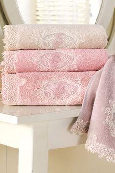 A DESTAN luxus 85 x 150 cm-es csipkés fürdőlpedők nagyon jól szívják a nedvességet és stílusosan kiegészítik a fürdőszobáját